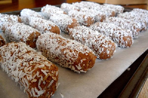 خمیر را به شکلهای دلخواهتان درآورده ، بعد از آن در پودر نارگیل بغلتانید