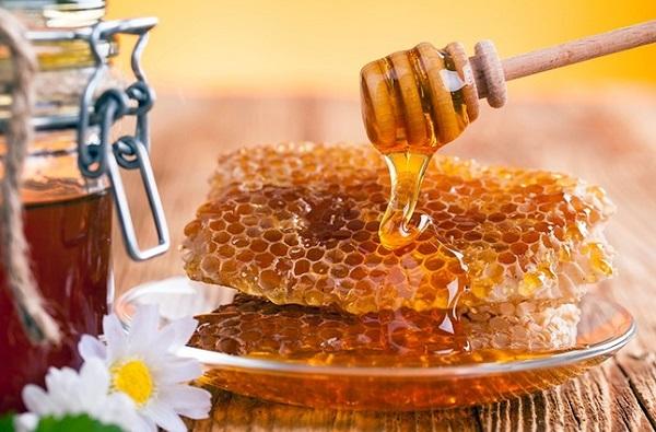 عسل برای کمک به درمان انواع مشکلات پوستی از جمله کلوئید استفاده می شود