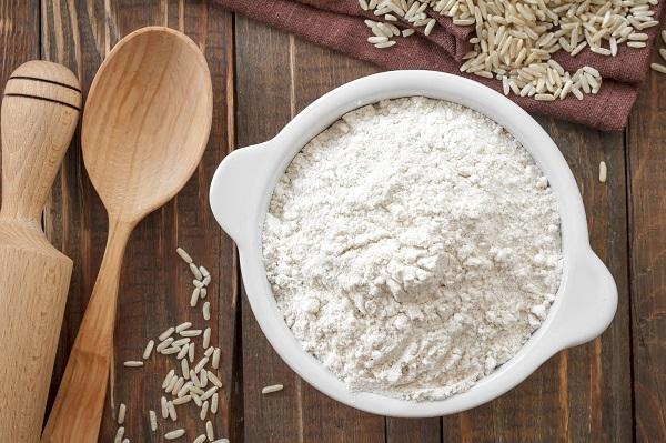 اسکراب آرد برنج برای رفع ترک پا