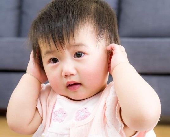 علائم عفونت گوش و روشهای خانگی برای درمان عفونت گوش میانی کودک