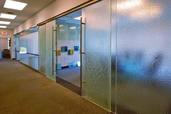 استفاده از پارتیشن های شیشه ای فریم لس و قاب دار در دفاتر کاری